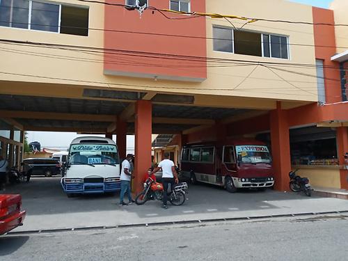 Patricia Báez. Parada de los autobuses de Asomiba. Es notable la escasa actividad en el servicio de transporte.