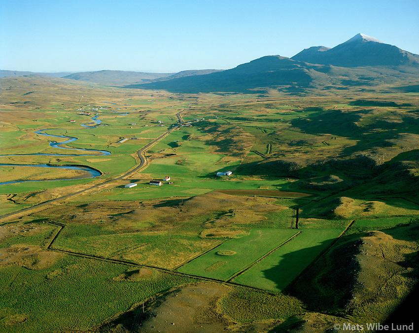 Reykjavellir séð til suðurs, enn eyðibýlið Reykjavallagerði stoð á hól aðeins fjær i myndinni,  Lýtingsstaðahreppur / Reykjavellir viewing south, eykjavallagerði former farmsite further south in midst oif the field, Lytingsstadahreppur