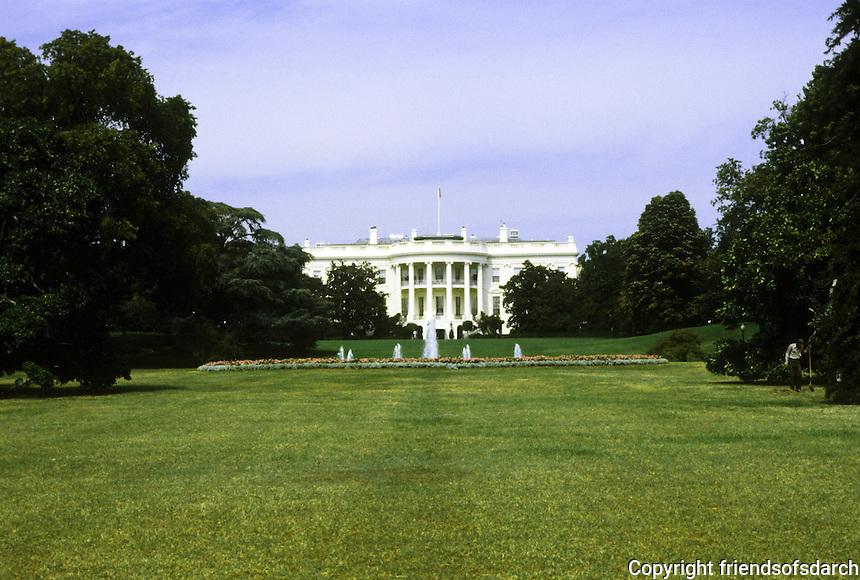 Washington D.C. : The White House and fountain. Photo '91.