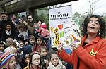 Foto: VidiPhoto<br /> <br /> ARNHEM &ndash; Tientallen kinderen mochten zaterdag in Burgers&rsquo; Zoo aanwezig zijn bij de afsluiting van de vijftiende editie van de Nationale Voorleesdagen. De bekende presentatrice Dieuwertje Blok las daar voor uit het boek van de jarige slapende tijger. Dat gebeurde voor het tijgerverblijf van de Arnhemse dierentuin. Tot teleurstelling van kinderen en ouders lieten de tijgers zich echter niet zien voor de ramen van het verblijf. Volgens de verzorgers vonden de roofdieren het duidelijk veel te druk en trokken ze zich terug achter de struiken.