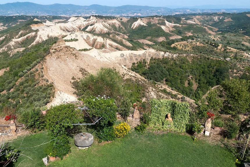 Civita di Bagnoregio. Il giardino pensile di Angelo Ambrosi che si affaccia direttamente sulla Valle dei Calanchi, versante est del borgo.