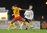 2015-10-24 / voetbal / seizoen 2015-2016 / Oosterzonen - Bocholt / Carlo Palmans (r) (Bocholt) zet Fessou Placca (l) (Oosterzonen) op het verkeerde been