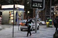 SAO PAULO, SP, 03/05/2012, FRIO.  Na manha de Quinta feira os termometros marcavam 17 graus no centro de Sao Paulo.  Luiz Guarnieri/ Brazil Photo Press