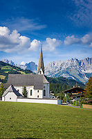Austria, Tyrol, Reith near Kitzbuehel: resort with baroque church and Wilder Kaiser mountains | Oesterreich, Tirol, Reith bei Kitzbuehel: Urlaubsort mit Barockkirche Reith vorm Wilder Kaiser Gebirge