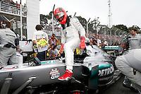 ATENCAO EDITOR: FOTO EMBARGADA PARA VEICULO INTERNACIONAL - SAO PAULO, SP 25 DE NOVEMBRO 2012 - FORMULA 1 GP BRASIL -O piloto alemao Michael Schumacher deixa o carro apos sua ultima corrida como piloto de Fomula 1 durante o Grande Premio do Brasil , no autodromo de Interlagos, zona sul da capital, neste domingo.FOTO: PIXATHLON - BRAZIL PHOTO PRESS