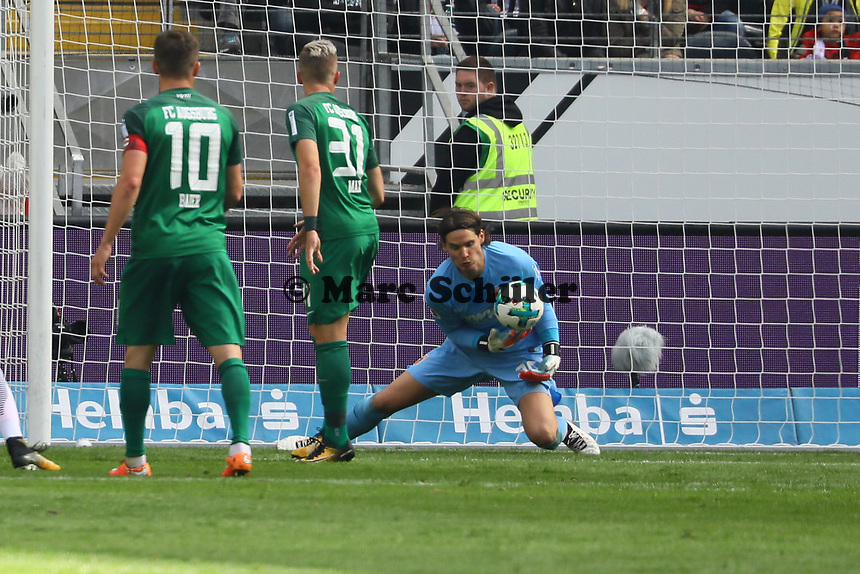 Torwart Marwin Hitz (FC Augsburg) Unsicherheit - 16.09.2017: Eintracht Frankfurt vs. FC Augsburg, Commerzbank Arena