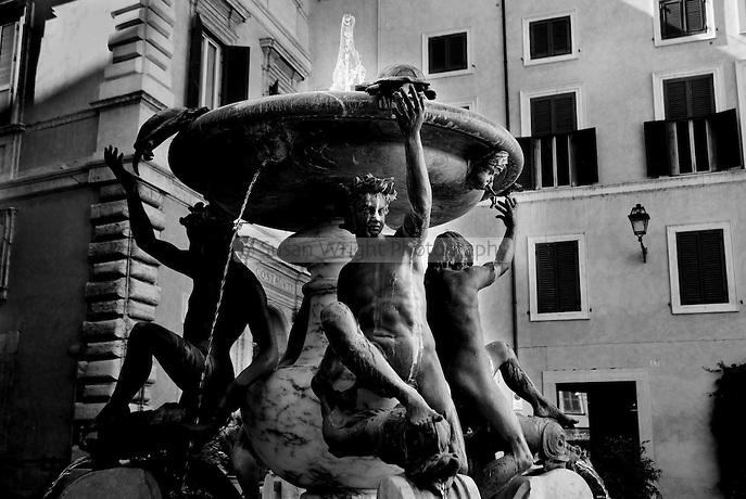 Fontana delle Tartarughe, Piazza Mattei, Rome, Italy La Fontana delle Tartarughe, in Piazza Mattei, Rome, Italy