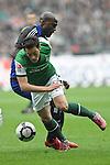 08.05.2010, Weser-Stadion, Bremen, GER, 1.FBL, Werder Bremen vs Hamburger SV, im Bild Guy Demel (Hamburg #20) versucht sich gegen Mesut Oezil (&divide;zil Bremen #11) durchzusetzen  Foto &copy; nph / Witke *** Local Caption *** Fotos sind ohne vorherigen schriftliche Zustimmung ausschliesslich f&uuml;r redaktionelle Publikationszwecke zu verwenden.<br /> <br /> Auf Anfrage in hoeherer Qualitaet/Aufloesung