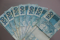 SAO PAULO, SP, 12.12.2014 - ECONOMIA - DOLAR - Imagem de notas da moeda brasileira Real para ilustração de matéria de economia. Real desvalorizou perante ao dólar que subiu e chegou a atingir R$ 2,66 nesta sexta-feira (12), renovando o maior patamar em quase 10 anos, devido a diversos fatores econômicos e até políticos, como apreensão dos investidores diante da queda dos preços do petróleo e o futuro do programa de intervenções do Banco Central no câmbio, de acordo com a agência Reuters.<br /> Por volta das 16h40, o dólar subia 0,42%, a R$ 2,6587 na venda, após avançar 1,34% na véspera e fechar no maior nível desde abril de 2005. (Foto: Thiago Ferreira / Brazil Photo Press).