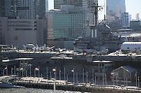 Blick auf die Intrepid von der Norwegian Breakaway am Manhattan Cruise Terminal