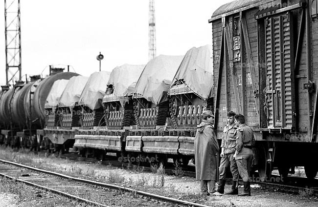 LETTLAND, 19.08.91, Riga. Waehrend des Anti-Gorbatschow-Putsches versuchen sowjetische Truppen, die Kontrolle über Riga zu erhalten, mit dem Scheitern des Putsches gewinnt Lettland endgueltig seine Unabhaengigkeit. - Transportzug der sowjetischen Armee am Vorabend des Putsches im Bahnhof Riga. | During the anti-Gorbachev-coup Soviet troops try to obtain control of Riga. With the failure of the coup Latvia finally regains its independence. - Soviet military transport on the eve of the coup at the railway station..© Martin Fejer/EST&OST