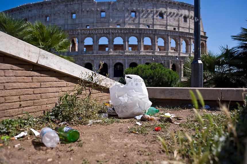 Spazzatura abbandonata a pochi metri dal Colosseo, uno dei monumenti pi&ugrave; visitati al mondo.<br /> Garbage abandoned in front of the Coloseum