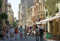 HUN, Ungarn, Budapest, Stadtteil Pest, Zentrum: Váci utca, Fussgaengerzone mit Geschaeften und Restaurants laedt zum Einkaufsbummel | HUN, Hungary, Budapest, Pest District, centre: Váci utca, popular pedestrian area with shops and restaurants
