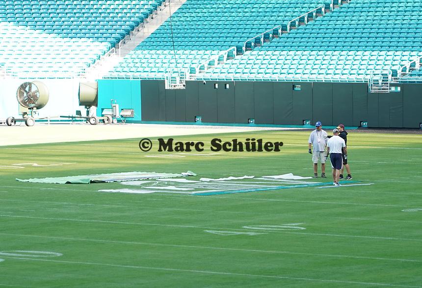 Groundcrew im Innenraum des Hard Rock Stadium bei den Vorbereitungen auf den Super Bowl LIV am 2. Februar zwischen den Kansas City Chiefs und San Francisco 49ers - 22.01.2020: SB LIV im Hard Rock Stadium Miami