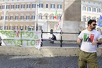 Roma 27 Maggio 2012.Piazza Montecitorio.Il Movimentio 5  Stelle di beppe Grillo arriva a Roma..Preavviso di sfratto.Assemblea e banchetti informativi davanti il Parlamento