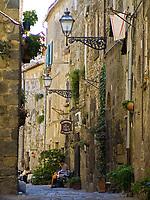 Italien, Latium, Bolsena am Lago di Bolsena: Altstadtgasse | Italy, Lazio, Bolsena at Lago di Bolsena: old town lane
