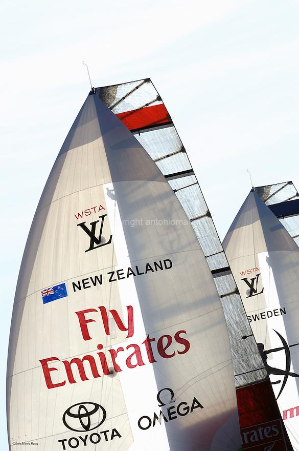 Louis Vuitton Trophy La Maddalena 4 giugno 2010. Gli spinnaker di Emirates Team New Zealand e Artemis si stagliano contro il cielo nel corso di una delle regate della semifinale