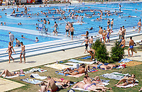 jbo04574 Eastern Europe Hungary Budapest open air bath swim holidays wealth fun sun water skin.Europa Osteuropa EU-Osterweiterung EU-Beitrittsland Ungarn Margaretheninsel in Budapest Baden Swimmingpool Freibad Schwimmen Freizeit Wellness Erholung Ferien Sonne Haut braun Bräunen Wasser.copyright agenda Joerg Boethling Tel. ++49 40 39190714