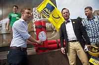 Die Jugendorganisation der FDP, Junge Liberale, protestierte am Samstag den 15. Juni 2013 am Thaelmann-Denkmal in Berlin-Prenzlauer Berg gegen ein Denkmal des KPD-Fuehrers Ernst Thaelmann. Mit symbolischem Sprengstoff forderten knapp zwei dutzend JuLi-Mitglieder die Sprengung des Denkmals.<br />Ca. 120 Gegendemonstranten protestierten gegen die Kundgebung der FDP-Jugend.<br />16.6.2013, Berlin<br />Copyright: Christian-Ditsch.de<br />[Inhaltsveraendernde Manipulation des Fotos nur nach ausdruecklicher Genehmigung des Fotografen. Vereinbarungen ueber Abtretung von Persoenlichkeitsrechten/Model Release der abgebildeten Person/Personen liegen nicht vor. NO MODEL RELEASE! Don't publish without copyright Christian-Ditsch.de, Veroeffentlichung nur mit Fotografennennung, sowie gegen Honorar, MwSt. und Beleg. Konto:, I N G - D i B a, IBAN DE58500105175400192269, BIC INGDDEFFXXX, Kontakt: post@christian-ditsch.de<br />Urhebervermerk wird gemaess Paragraph 13 UHG verlangt.]