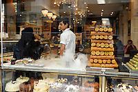 TURKEY Istanbul , restaurant at Istiklal Avenue in the Beyoğlu district/ TUERKEI Istanbul, Restaurant an der Istiklal Strasse in Beyoğlu, Baklava im Schaufenster