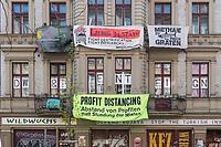 """Transparente an einem Wohnhaus in Berlin. Auf dem Unteren Plakat wird gegen die von Politikern vorgeschlagene Stundung von Mieten protestiert, denn die Mieter wuerde dadurch die Mietkosten nach der Corona-Krise doppelt treffen - """"Profit Distancing. Abstand von Profiten statt Stundung von Mieten."""". Auf dem oberen Transparent wird fuer den Erhalt des Kiezladen in der Liebigstrasse 34 protestiert.<br /> 2.4.2020, Berlin<br /> Copyright: Christian-Ditsch.de<br /> [NUR FUER REDAKTIONELLE ZWECKE! Werbung nur auf Anfrage beim Fotografen. Inhaltsveraendernde Manipulation des Fotos nur nach ausdruecklicher Genehmigung des Fotografen. Vereinbarungen ueber Abtretung von Persoenlichkeitsrechten/Model Release der abgebildeten Person/Personen liegen nicht vor. NO MODEL RELEASE! Don't publish without copyright Christian-Ditsch.de, Veroeffentlichung nur mit Fotografennennung, sowie gegen Honorar, MwSt. und Beleg. Konto: I N G - D i B a, IBAN DE58500105175400192269, BIC INGDDEFFXXX, Kontakt: post@christian-ditsch.de<br /> Bei der Bearbeitung der Dateiinformationen darf die Urheberkennzeichnung in den EXIF- und  IPTC-Daten nicht entfernt werden, diese sind in digitalen Medien nach §95c UrhG rechtlich geschuetzt. Der Urhebervermerk wird gemaess §13 UrhG verlangt.]"""