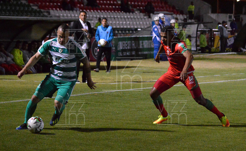 TUNJA-COLOMBIA, 09-09-2019: Almir de Jesús Soto de Patriotas Boyacá y Andrés Correa de Envigado F.C. disputan el balón, durante partido de la fecha 10 entre Patriotas Boyacá y La Equidad, por la Liga Águila II 2019, jugado en el estadio La Independencia de la ciudad de Tunja. / Almir de Jesus Soto of Patriotas Boyaca and Andres Correa of Envigado F.C. figh for the ball, during a match of the 10th date between Patriotas Boyaca and La Equidad, for the Aguila Leguaje II 2019 played at the La Independencia stadium in Tunja city. / Photo: VizzorImage / José Miguel Palencia / Cont.