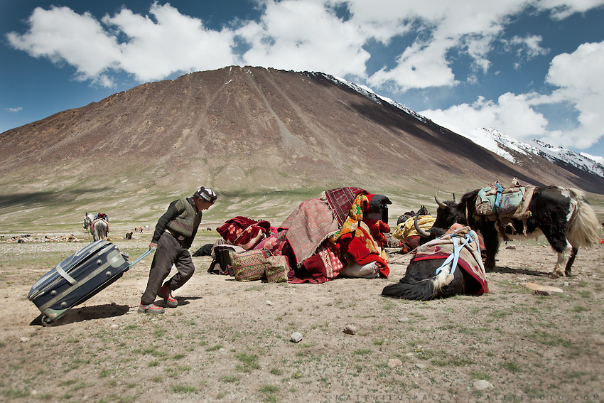 Ooroon Boi's family moving in with luggages. They will soon build the family yurt...Trekking through the high altitude plateau of the Little Pamir mountains (average 4200 meters) , where the Afghan Kyrgyz community live all year, on the borders of China, Tajikistan and Pakistan.