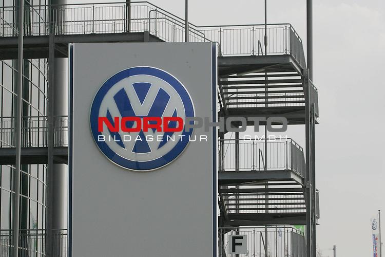 BL 05 / 06- Training<br /> <br /> VW Emblem - hier an der VW Arena.    <br /> <br /> Foto &copy; nordphoto <br /> <br />  *** Local Caption *** Foto ist honorarpflichtig! zzgl. gesetzl. MwSt.<br />  Belegexemplar erforderlich