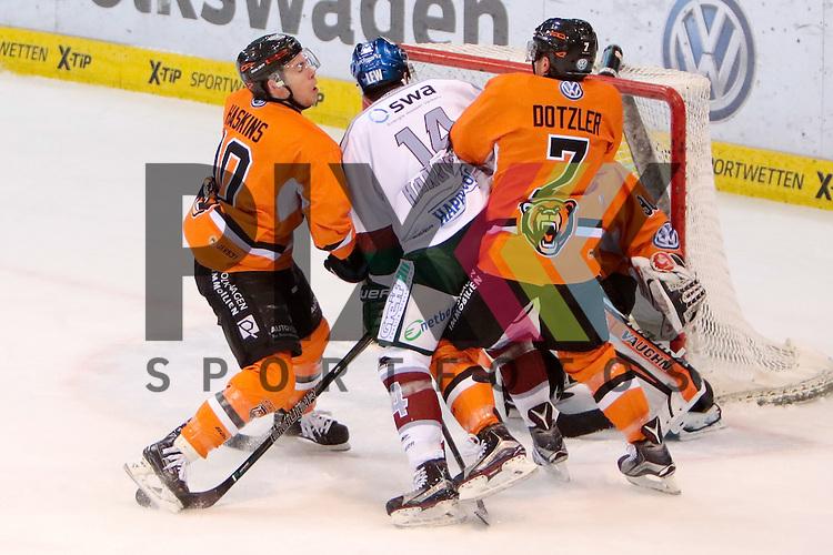 vl Tyler Haskins (Kapit&auml;n, Wolfsburg, 10), Benjamin Hanowski (Augsburg, 14), Alexander Dotzler (Wolfsburg, 7) Zweikampf, Duell, duel, tackle, Dynamik, Action, Aktion beim Spiel in der DEL, Grizzlys Wolfsburg (orange) - Augsburger Panther (weiss).<br /> <br /> Foto &copy; PIX-Sportfotos *** Foto ist honorarpflichtig! *** Auf Anfrage in hoeherer Qualitaet/Aufloesung. Belegexemplar erbeten. Veroeffentlichung ausschliesslich fuer journalistisch-publizistische Zwecke. For editorial use only.