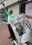 May 1, 2019, Tokyo, Japan - People receive extra edition newspapers which reports an enthronement ceremony of the new Emperor Naruhito in Tokyo on Wednesday, May 1, 2019. Former Emperor Akihito abdicated on April 30 and Crown Prince Naruhito ascended the throne on May 1.    (Photo by Yoshio Tsunoda/AFLO)