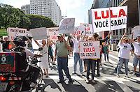 SAO PAULO, 24  DE FEVEREIRO DE 2013. - PROTESTO LULA - Grupo protesta contra o ex presidente Luiz Inacio Lula da Silva, na tarde  deste domingo, 24, na Avenida Paulista, regiao central da capital. Grupo acredita que o ex presidente está envolvido em escandalos de corrupcao como o mensalão. (FOTO: ALEXANDRE MOREIRA / BRAZIL PHOTO PRESS)