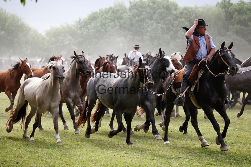 Argentina, Patagonia, San Antonio de Areco: Gaucho horseback games on the Day of Tradition (every second week in November) | Argentinien, Patagonien, San Antonio de Areco: Gaucho mit Pferden am Day of Tradition