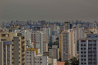 SÃO PAULO, SP, 18.08.2015 - CLIMA-SP -  Céu de São Paulo com poluição e formação de algumas nuvens na tarde desta terça-feira, 18. (Foto: Renato Mendes / Brazil Photo Press)