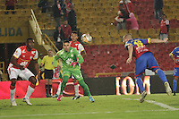 BOGOTA - COLOMBIA - 04-04-2015: Andres Castellanos (Cent.) portero de Independiente Santa Fe disputa el balón con Jorge Ramirez (Der.) jugador de Deportivo Pasto, durante partido por la fecha 13 entre Independiente Santa Fe y Deportivo Pasto de la Liga Aguila I-2015, en el estadio Nemesio Camacho El Campin de la ciudad de Bogota. / Andres Castellanos (C) goalkeeper of Independiente Santa Fe struggles for the ball with Jorge Ramirez (R) player of Deportivo Pasto, during a match of the 13 date between Independiente Santa Fe and Deportivo Pasto, for the Liga Aguila I -2015 at the Nemesio Camacho El Campin Stadium in Bogota city, Photo: VizzorImage / Luis Ramirez / Staff.