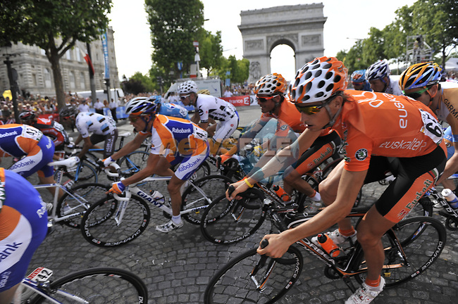 The peloton rounds the hairpin bend beneath the Arc de Triomphe at the end of the Champs Elysee during the final Stage 21 of the 2009 Tour de France running 164km from Montereau-Fault-Yonne to Paris Champs-Elysees, France. 26th July 2009 (Photo by Eoin Clarke/NEWSFILE)