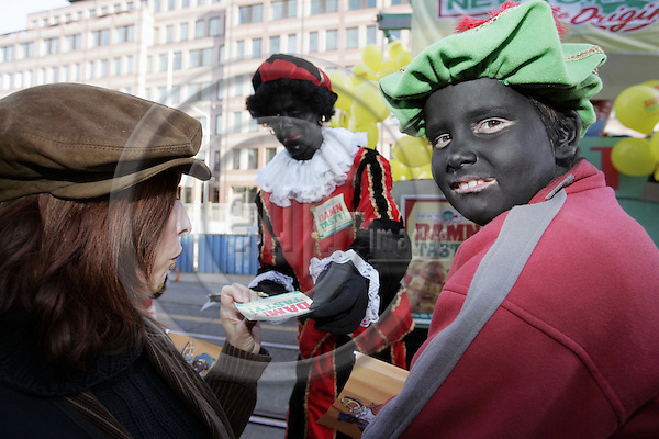 AMSTERDAM - NETHERLANDS - 14 NOVEMBER 2004 -- Arrival of Saint Nicholas to Amsterdam with his helpers Zwarte Pieten (black Peters). -- Suzanne SCHMIDT (L) with her 8 year old daughter Effje (R) dressed as a black Peter waiting for candies from the real Zwarte Piet dressed in colorful a Moorish costume. -- PHOTO:  EUP-IMAGES / JUHA ROININEN