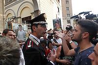 Il comandante provinciale dei Carabinieri di Napoli Marco Minicucci  parla con i gli abitanti del rione Traiano giunti in corteo alla caserma Pastrengo per chiedere giustizia per la morte di Davide Bifolco 17 enne ucciso da un carabiniere , il comandante togliera il cApello in segno i rispetto