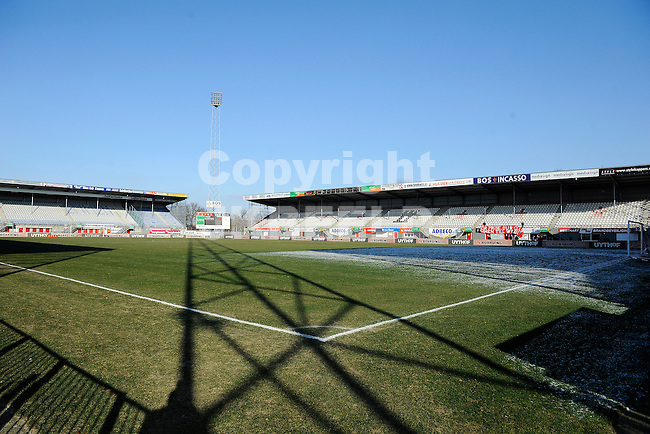 EMMEN - Voetbal FC Emmen kan het seizoen uitspelen. Tien sponsoren hebben vijf ton bijeengebracht waarmee de club tot de zomer is gered.