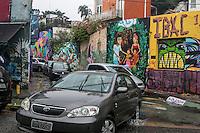 """SÃO PAULO, SP, 13.11.2014 - FORTE CHUVA ATINGE O BAIRRO DA VILA MADALENA - Movimentação de veículos no """"beco do batman"""", no bairro da Vila Madalena, em São Paulo.Uma forte chuva atingiu a região da Rua Harmonia, local onde fica o """"beco do batman, no bairro da Vila Madalena. O local é conhecido pelo histórico de enchentes, na tarde desta sexta - feira (19), na zona oeste de São Paulo. (Foto: Taba Benedicto/ Brazil Photo Press)"""