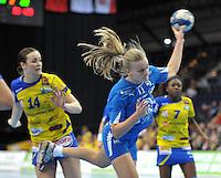 Handball Champions League Frauen 2013/14 - Handballclub Leipzig (HCL) gegen Metz (FRA) am 10.11.2013 in Leipzig (Sachsen). <br /> IM BILD: Debbie Bont (HCL) beim Wurf. <br /> Foto: Christian Nitsche / aif