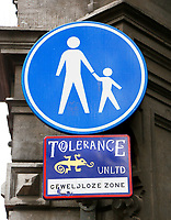 Nederland  Amsterdam - 2017.  Bordje van Tolerance UNLTD. Geweldloze Zone.   Foto Berlinda van Dam / Hollandse Hoogte