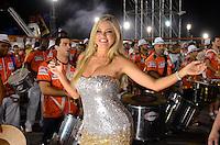 ATENÇÃO EDITOR FOTO EMBARGADA PARA VEÍCULOS INTERNACIONAIS - SÃO PAULO, SP, 02 DE FEVEREIRO DE 2013 - ENSAIO TÉCNICO ROSAS DE OURO - Rainha da Bateria Hellen Roche durante ensaio técnico da Escola de Samba Rosas de Ouro na preparação para o Carnaval 2013. O ensaio foi realizado na noite deste sábado (02) no Sambódromo do Anhembi, zona norte da cidade. FOTO LEVI BIANCO - BRAZIL PHOTO PRESS