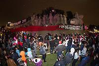 SÃO PAULO, SP - 02.10.2013 - 2º ATO EM DEFESA DOS DIREITOS INDIGENAS -  Grupo indigena durante o 2º Ato em defesa dos direitos indigenas, organizado pela SOS Mata Atlântica, o ato que teve início no vão do MASP região central de São Paulo, ocupa o Monumento das Bandeiras, região do Parque do Ibirpuera, nesta noite de quarta-feira (02). (Foto: Marcelo Brammer/Brazil Photo Press)