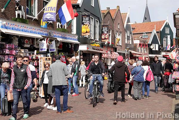 Nederland - Volendam - 2018.  De haven van Volendam. Drukte op de Dijk.  Foto Berlinda van Dam / Hollandse Hoogte