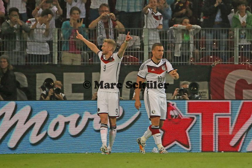 Torjubel um Andre Schürrle (D) beim 1:0 - Deutschland vs. Armenien in Mainz