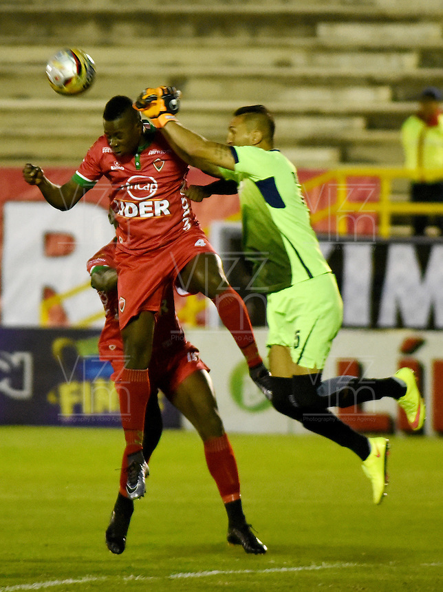 TUNJA -COLOMBIA, 29-09-2016. Jonathan Segura (Izq) jugador de Patriotas FC disputa el balón con Pablo A. Torresagasti (Der) arquero de Rionegro Águilas durante partido por la fecha 10 de la Liga Águila II 2016 realizado en el estadio La Independencia en Tunja./ Jonathan Segura (L) player of Patriotas FC fights for the ball with Pablo A. Torresagasti (R) goalkeeper of Rionegro Aguilas during match for the date 15 of Aguila League II 2016 at La Independencia stadium in Tunja. Photo: VizzorImage/César Melgarejo/Cont