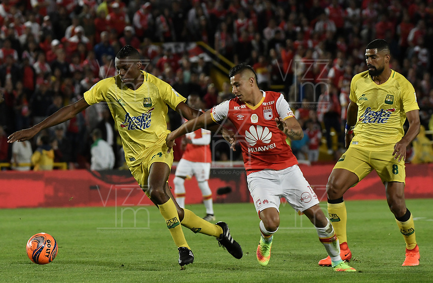 BOGOTÁ -COLOMBIA, 15-04-2017. Juan Daniel Roa (C.) jugador de Santa Fe disputa el balón con Jeison palacios (Izq.) y Gabriel Gomez (Der.) jugadores del Bucaramanga durante el encuentro entre Independiente Santa Fe y Atletico Bucaramanga por la fecha 13 de la Liga Aguila I 2017 jugado en el estadio Nemesio Camacho El Campin de la ciudad de Bogota. / Juan Daniel Roa (C) player of Santa Fe struggles for the ball with Jeison palacios (L) and Gabriel Gomez (R) player of Bucaramanga during match between Independiente Santa Fe and Atletico Bucaramanga for the date 13 of the Aguila League I 2017 played at the Nemesio Camacho El Campin Stadium in Bogota city. Photo: VizzorImage/ Gabriel Aponte / Staff