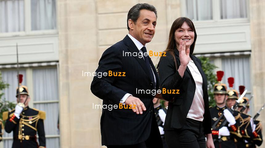 NICOLAS SARKOZY ET CARLA BRUNI QUITTENT L' ELYSEE - A LA PASSATION DE POUVOIR DE LA REPUBLIQUE FRANCAISE ENTRE NICOLAS SARKOZY & FRANCOIS HOLLANDE..15 MAI 2012 - PARIS (FRANCE)