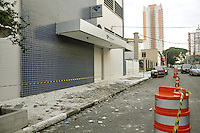 SÃO PAULO, 09 DE FEVEREIRO DE 2012 - SP  Rua Henrique Sertorio no bairro do Tatuape está parcialmente interditada por causa de incidente no prédio da Receita Federal. As pastilhas que revestem o concreto do edfício caíram, na altura do 5 andar. Segundo a própria Receita Federal não houve vitimas ou veículos atingidos.  (FOTO: THAIS RIBEIRO/ NEWSFREE).