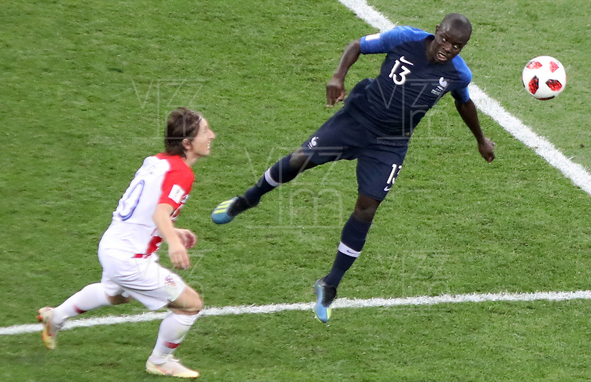 MOSCU - RUSIA, 15-07-2018: Ngolo KANTE (Der) jugador de Francia disputa el balón con Luka MODRIC (C) (Izq) jugador de Croacia durante partido por la final de la Copa Mundial de la FIFA Rusia 2018 jugado en el estadio Luzhnikí en Moscú, Rusia. / Ngolo KANTE (R) player of France fights the ball with Luka MODRIC (C) (L) player of Croatia during match of the final for the FIFA World Cup Russia 2018 played at Luzhniki Stadium in Moscow, Russia. Photo: VizzorImage / Cristian Alvarez / Cont